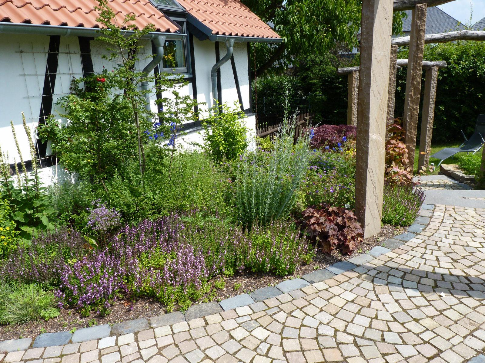 Landhaus garten landhausg rten salamon gartengestaltung for Gartengestaltung landhaus